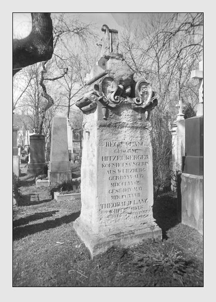 Grab der Familie Lang auf dem Alten Südfriedhof München, ca. 1910. Abbildung aus dem Bestand der Hochbau-Sammlung des Stadtarchivs München (Signatur: DE-1992-FS-HB-VIII-0710).
