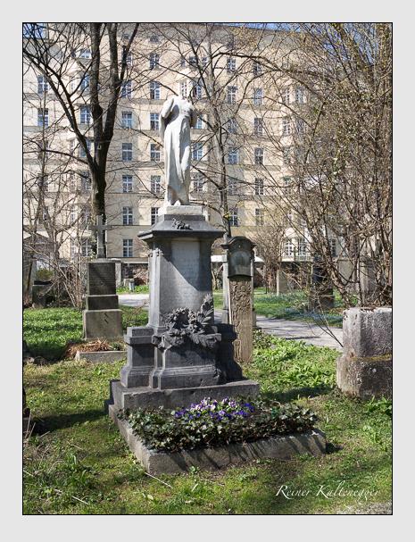 Grab der Familien Bauer · Stierhof auf dem Alten Südfriedhof München (April 2015)