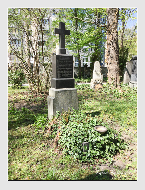Grab der Familie Reichhart auf dem Alten Südfriedhof München (April 2015)