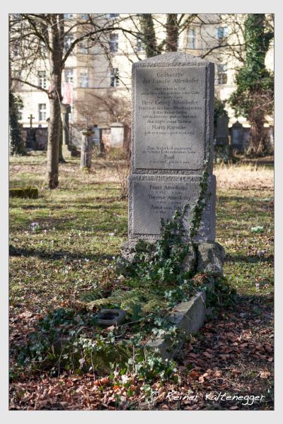 Grab der Familien Attenkofer · Seitz auf dem Alten Südfriedhof München (Februar 2021)