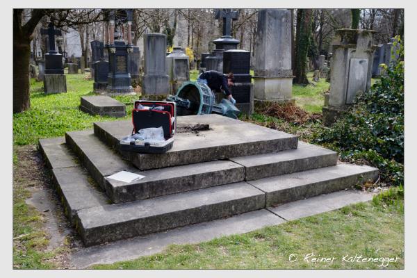 Spurensicherung am Grab der Opfer der Sendlinger Mordweihnacht auf dem Alten Südfriedhof München (29. März 2021)