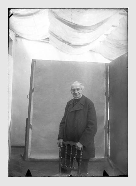 Valeska Kollmann: Joseph Leonhard Schmid, auf einen Stuhl gestützt. München, 1900. Der ins Positiv umgewandelte Scan vom Originalfilm aus der Sammlung Kollmann, späterer Sammlung Link, wurde freundlicherweise von Staatliche Kunstsammlungen Dresden zur Verfügung gestellt.