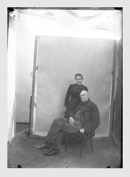 Valeska Kollmann: Joseph Leonhard Schmid und seine Tochter Babette Klinger. München, 1900. Der ins Positiv umgewandelte Scan vom Originalfilm aus der Sammlung Kollmann, späterer Sammlung Link, wurde freundlicherweise von Staatliche Kunstsammlungen Dresden zur Verfügung gestellt.
