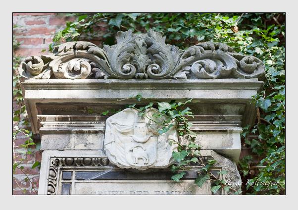Grab der Familie Keller vom Steinbock auf dem Alten Südfriedhof München (August 2007)