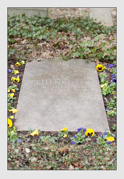 Grab der Familie Pettenkofer auf dem Alten Südfriedhof München (März 2008)