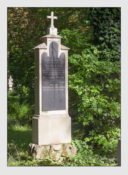 Grab der Familien Albrecht · Albrecht-Wolf · Russ auf dem Alten Südfriedhof München (August 2011)