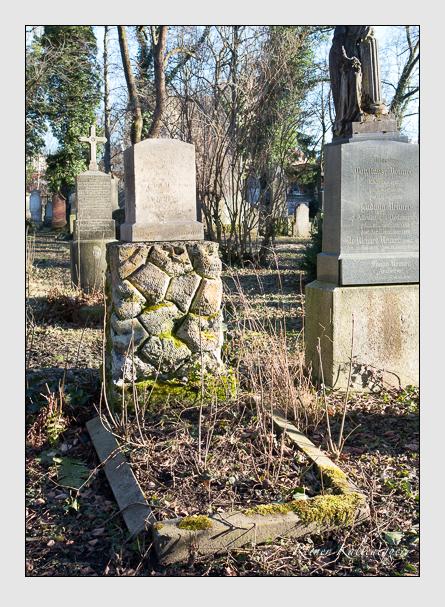 Grab der Familien Huguenin · Schieneis auf dem Alten Südfriedhof München (Februar 2014)