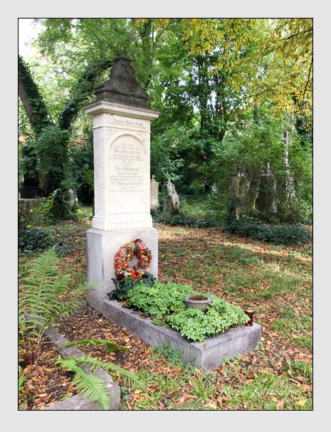 Grab der Familie Helmschrott auf dem Alten Südfriedhof München (Oktober 2019)
