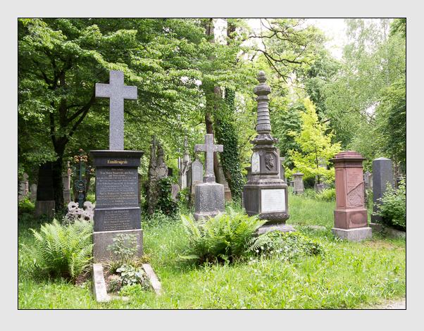 Grabensemble der Sektion 33 auf dem Alten Südfriedhof München: Westseite (Mai 2020)